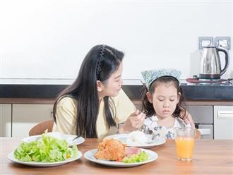 """Chuyên gia dinh dưỡng """"kể tội"""" bố mẹ khiến trẻ lười ăn"""