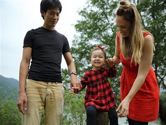 """Cô gái Mỹ lấy chồng Việt sinh con đúng dịp Tết, """"cãi"""" chuyện ở cữ để đưa con du xuân"""