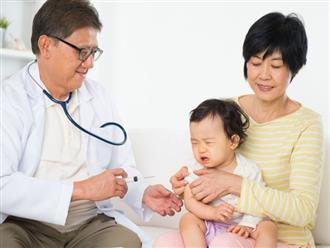 Mẹ cần làm cách nào để giảm đau cho trẻ sau khi tiêm phòng?