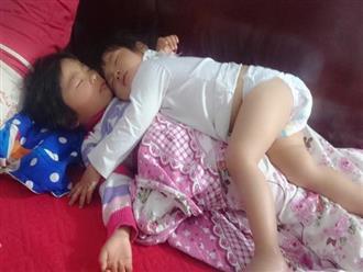 Khoảnh khắc 3 giờ sáng, hai con trứng gà trứng vịt nằm chồng lên nhau ngủ khiến trái tim ông bố đi làm về muộn tan chảy
