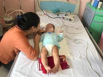 """Mẹ bé gái bại não sau mũi tiêm của y sĩ làng: """"Tôi ân hận vì đã thiếu hiểu biết"""""""