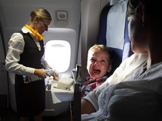 Mỗi khi con khóc thét vì khó chịu trên máy bay, hãy hỏi xin tiếp viên 2 món này, con sẽ hết quấy ngay