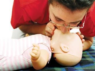 Nên bỏ thói quen xóc nước trong sơ cứu trẻ ngạt nước