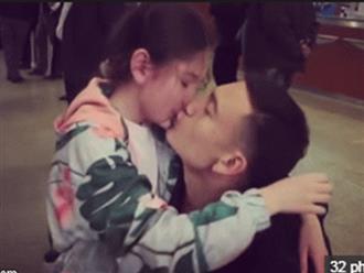 Xúc động clip Đặng Văn Lâm rưng rưng nước mắt khi hôn nựng em gái xinh như thiên thần