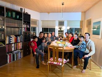 Lộ ảnh sui gia Kim Lý - Hồ Ngọc Hà họp bàn chuyện đám cưới, Subeo ngồi lên đùi cha dượng