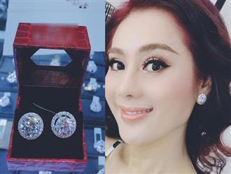 Lâm Khánh Chi được mẹ ruột tặng bông tai kim cương khủng giá 20 tỷ