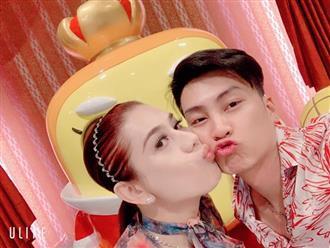 Lâm Khánh Chi nhí nhảnh hôn chồng nhân kỷ niệm 1 năm ngày cưới