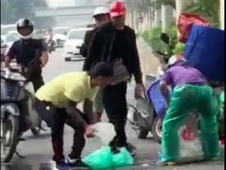 Tuấn Hưng không sợ bẩn, đứng giữa đường hốt cá giúp người phụ nữ bị ngã xe khiến ai cũng nể phục