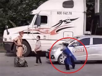 'HÁ HỐC MỒM' khi thấy người phụ nữ đá văng đôi dép rồi 'đi đường quyền' trước mặt CSGT tại chốt kiểm dịch