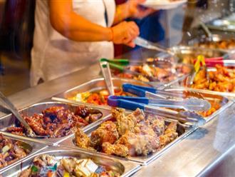 """Chuyên gia thực phẩm tiết lộ những món """"bẩn nhất"""" trong nhà hàng buffet: Khách nào cũng thích nhưng có món đầu bếp còn từ chối ăn"""