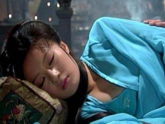 Vì sao khi ngủ, cung nữ Thanh triều buộc phải khép chặt hai chân, không được phép tách rời?