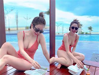 Thưởng thức gỏi cuốn bên bờ biển nhưng nàng 'hotgirl dược sĩ' lại chỉ khiến CĐM chú ý với điểm này trên cơ thể