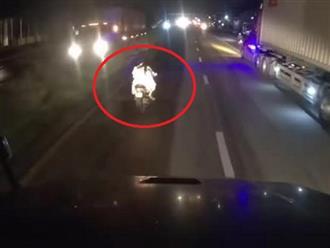 Chạy xe chặn đầu xe tải và lạng lách đánh võng giữa đường nên bị tài xế ô tô mắng, phản ứng cô gái ngồi phía sau xe máy đáp lại cực gắt gây tranh cãi