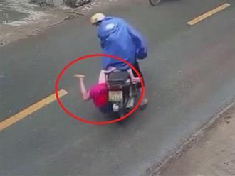 Hãi hùng cảnh tượng đứa bé bất ngờ ngã nhào xuống đường khi đang ngồi xe sau máy chỉ vì chiếc áo mưa, sai lầm 'chết người' vẫn thường mắc phải