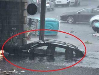 Kinh hoàng cảnh tượng bão lớn đổ bộ, nhà cửa chìm trong biển nước, đường phố 'biến thành' sông ngòi, khẩn cấp sơ tán người dân