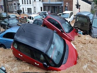 Hãi hùng trước cảnh tượng ô tô bị nước CUỐN PHĂNG như rác trên đường phố, dòng nước CUỒN CUỘN như thác đổ
