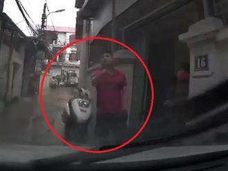 Tài xế đã liên tục bấm còi khi đi vào ngõ nhỏ và cái kết phải lùi xe trong ngậm ngùi