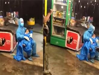 Xé lòng cảnh tượng em bé ngất xỉu vì đói và lạnh trên đường về quê, mẹ khóc nấc ôm con kêu cứu trong đêm mưa tầm tã