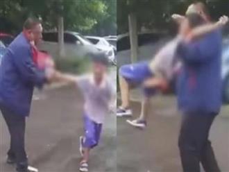 Đứa con trai gào khóc thảm thiết cố thoát khỏi đôi tay của người cha sau quyết định của tòa án, lời cầu xin khiến ai nấy trào nước mắt