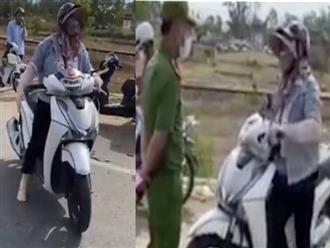 Người phụ nữ náo loạn, đòi thông chốt kiểm soát dịch ở Đà Nẵng, giở giọng 'mẹ thiên hạ': 'Đụng tới tao là hết giờ'