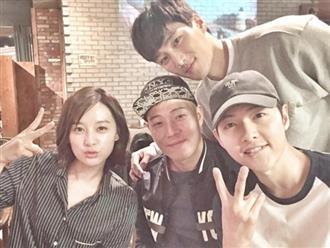 """Ảnh đối chiếu của Song Joong Ki và Kim Ji Won 2 năm sau """"Hậu duệ mặt trời"""" gây sốt: Ai rồi cũng thay đổi"""
