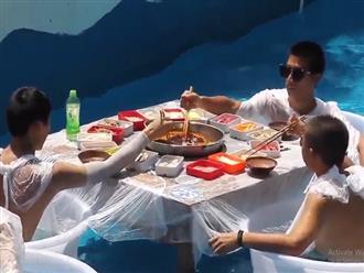 Ngỡ ngàng xem cảnh người dân ngồi trong chậu nước ăn lẩu giữa bể bơi