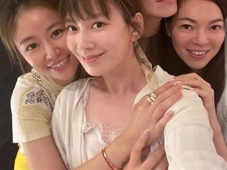 Bình thường giản dị hết cỡ, nay dự tiệc cùng vợ đại gia, Lâm Tâm Như khoe khéo chùm nhẫn kim cương khủng