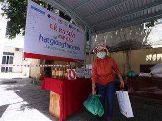 """Cận cảnh """"ATM gạo"""" thông minh đặt lịch hẹn, mời người nghèo nhận gạo ở Đà Nẵng"""