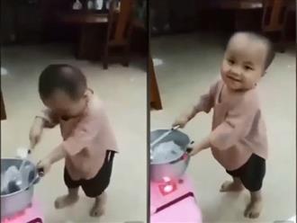 Cậu bé múa chảo như đầu bếp chuyên nghiệp, biểu cảm đáng yêu hết nấc khiến CĐM cười nghiêng ngả