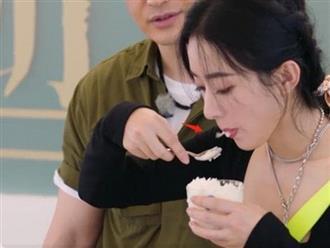 Chỉ một hành động khi ăn, Triệu Lệ Dĩnh bị netizen 'ném đá' không thương tiếc