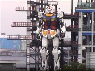Choáng trước cảnh robot khổng lồ cao bằng 6 tầng nhà tự bước đi, quỳ gối như phim siêu nhân