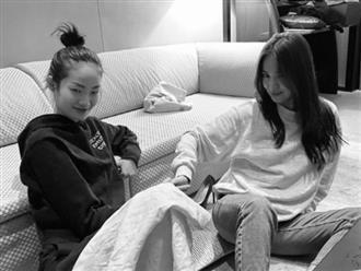 Chụp ảnh cùng đàn em kém 15 tuổi, mặt mộc của Song Hye Kyo gây ngỡ ngàng