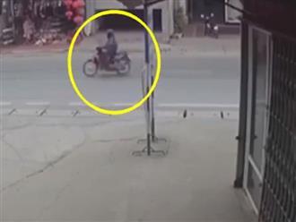 Đang sang đường, cô gái bất ngờ tông thẳng vào đầu xe ben và cái kết thương tâm