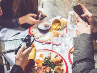 Đừng làm những việc này trong lúc ăn uống nếu không muốn sức khoẻ đi xuống