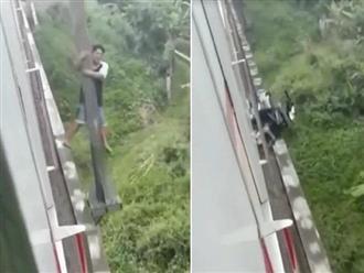 Chạy xe máy qua đường ray đúng lúc tàu chạy, người đàn ông thoát chết trong gang tấc nhờ hành động này
