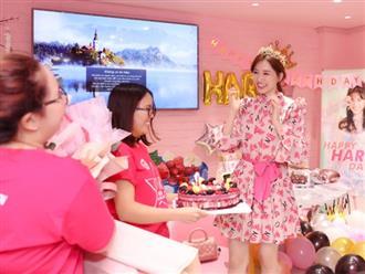 """Hari Won """"hack tuổi"""" và diện váy hồng đẹp rạng rỡ, vỡ oà hạnh phúc trong tiệc sinh nhật sớm"""