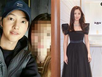 Hậu ly hôn, Song Joong Ki phát tướng thấy rõ, vui vẻ chụp hình cùng 'gái lạ'