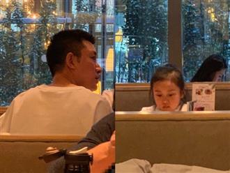 Hình ảnh xót xa: Con gái Giả Nãi Lượng mặt buồn thiu khi đi chơi cùng bố mà không có Lý Tiểu Lộ đi cùng