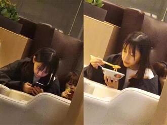 Không quan tâm đến hình ảnh nữ thần, Angelababy đầu bù tóc rối ngồi ăn ở sân bay
