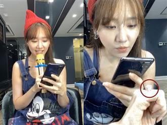 Livestream trò chuyện cùng fan, Hari Won khoe nhẫn kim cương 'khủng' chồng tặng, soi kỹ càng gây choáng