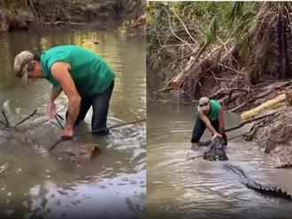 Lội sông bắt cá, người đàn ông bị 'sát thủ đầm lầy' tấn công chớp nhoáng nhưng chỉ một hành động đã thoát thân ngoạn mục