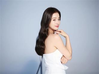 """Lúc nào cũng kín đáo, """"mẹ hai con"""" Kim Tae Hee bất ngờ gây chú ý khi diện váy trắng mỏng manh, khoe lưng trần trắng mịn màng"""