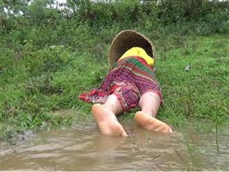 Nằm ngủ bên bờ suối, cô gái hoảng hồn tỉnh giấc khi phát hiện có thứ trơn nhớt nhúc nhích dưới hai chân