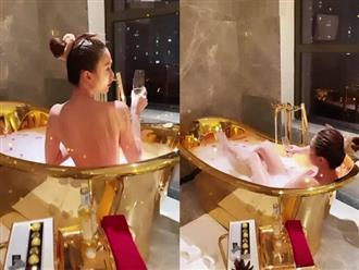 Ngọc Trinh tung clip ngâm mình trong bồn tắm dát vàng, khoe lưng trần gợi cảm khiến dân tình 'đỏ mặt'