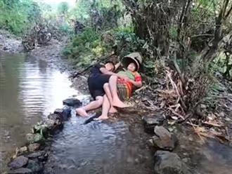 Ngủ quên bên bờ suối, hai vợ chồng giật bắn người khi phát hiện có thứ trơn nhớt nhúc nhích ở phần thân dưới
