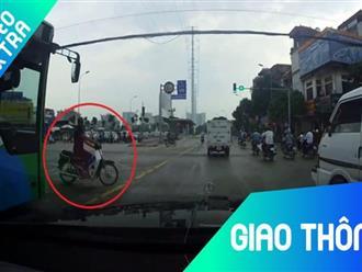 Người đàn ông vượt đèn đỏ, tạt đầu xe buýt suýt bị ôtô đâm