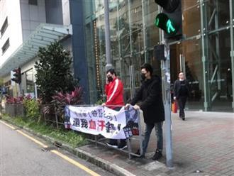 Nhà đầu tư cho người giăng biển đòi nợ, tố Lưu Đức Hoa lừa đảo giữa đường phố Hong Kong