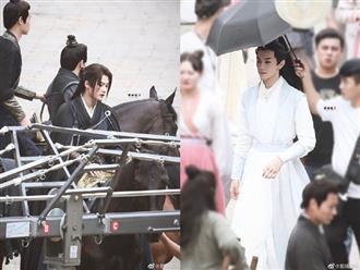 """Rò rỉ ảnh hậu trường lộ tạo hình đẹp xuất sắc của cặp đam mỹ Sát Phá Lang: """"Cha nuôi"""" Đàn Kiện Thứ sao trẻ thế này!"""