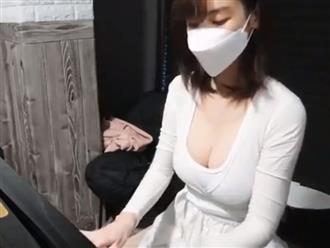 Say sưa chơi piano, nữ Youtuber khiến CĐM điên đảo vì vòng 1 căng đầy nhưng màn gỡ khẩu trang mới thực sự gây choáng