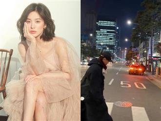 Song Joong Ki vừa tìm được mái nhà mới, Song Hye Kyo liền đăng ảnh người đàn ông bí ẩn lên trang cá nhân